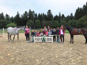 glückliche Kinder bemalte Pferde